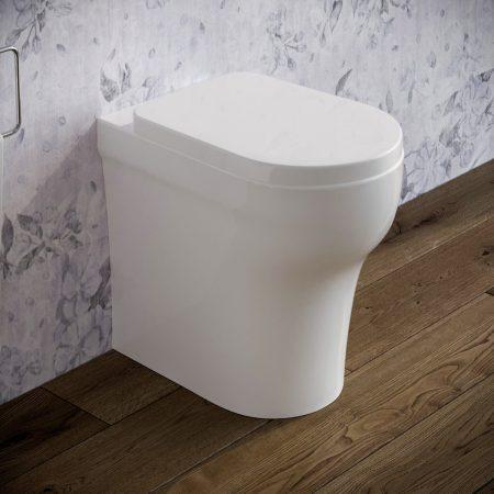 Sanitari-bagno-in-ceramica-filo-muro-vaso-wc-coprivaso-softclose-azzurra-pratica